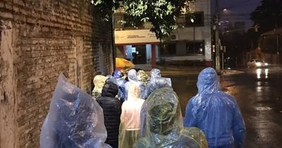 La Nación / Intensa lluvia no frena asistencia en vacunatorios contra el COVID-19