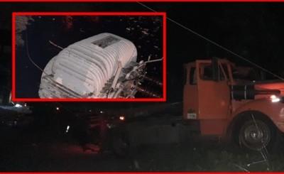 Camión cargado con cemento derriba columna tras falla de los frenos