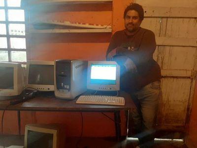 Bañado Sur: Tres jóvenes arreglan equipos informáticos en desuso para dictar cursos básicos