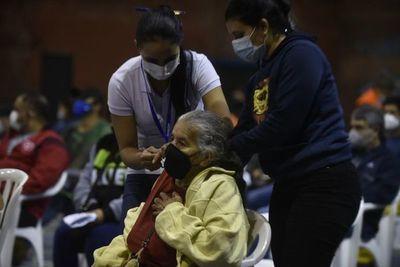 """""""Una persona vacunada es una persona menos en UTI"""", recuerda médico"""