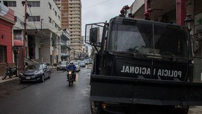 """Plagueo por carro hidrante de la Poli que """"custodia"""" a la ANR"""