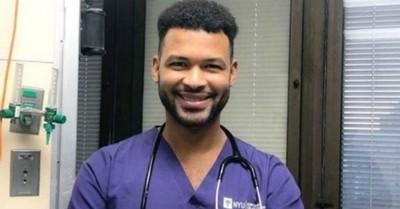 La inspiradora historia del joven que se graduó de enfermero en la universidad donde era conserje