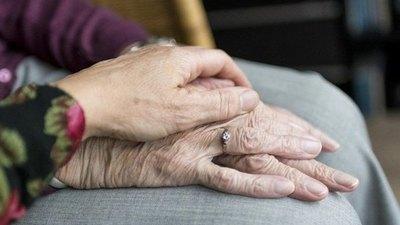 Crónica / Hija alhaja quiere dejar sin casa a sus propios papás ancianos