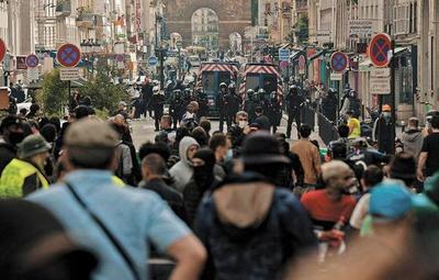 Vacunación obligatoria provoca masivas protestas en Francia y Grecia