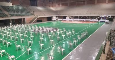 La Nación / Lluvia hizo que vacuntario de la Gobernación sea trasladado al polideportivo municipal desde mañana