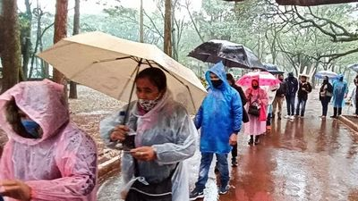 Bajo la lluvia ciudadanos formaron fila para recibir vacunas en el Este
