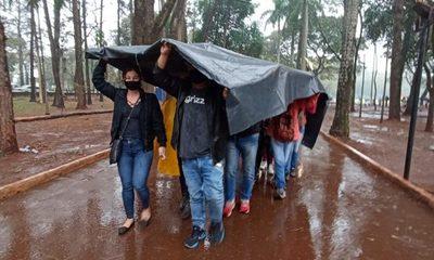 Bajo la lluvia ayer, personas aguardaron vacuna anticovid – Diario TNPRESS