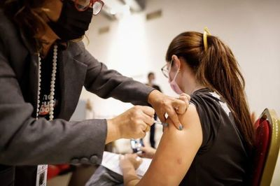 Salud: disponibilidad de dosis determinará plan de vacunación para la próxima semana