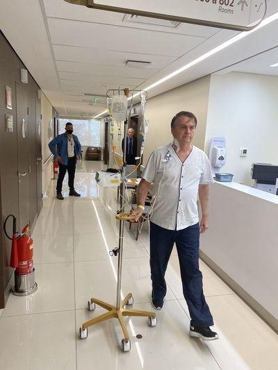 """Bolsonaro camina por el hospital y dice que """"en breve"""" estará """"de vuelta"""""""