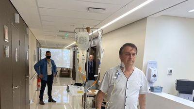 """Jair Bolsonaro camina por el hospital y dice que """"en breve"""" volverá"""