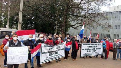 Se manifiestan frente a hospital del IPS contra la jubilación VIP