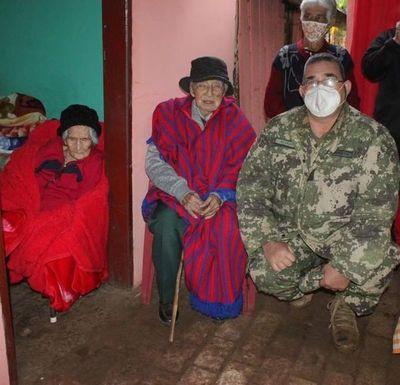 Excombatiente cumple 106 años acompañado de su esposa de 102 años