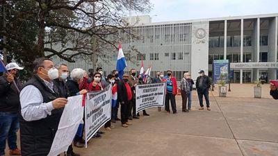 Protestan por el fallo de la Corte a favor de marinos mercantes