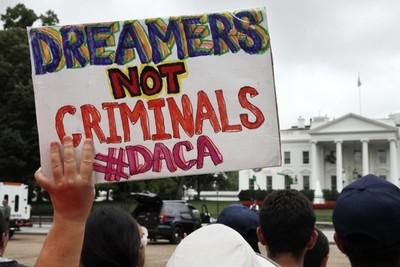 """Juez de Texas declara DACA """"ilegal"""" y detiene nuevas solicitudes de dreamers"""