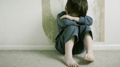 Imputan a una mujer por tener en condiciones infrahumanas a su hijo de dos años