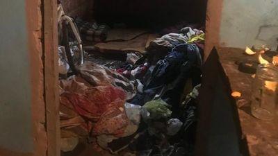 Imputan a mamá alhaja: tenía a su hijo de 2 años en medio de la basura