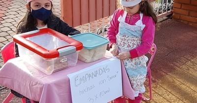 La Nación / A metros del autovac, niñas juegan a ser vendedoras para superar el encierro
