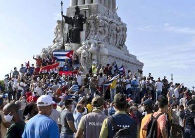 Buscan a detenidos en las protestas de Cuba, mientras otros acuden a un acto pro-revolución