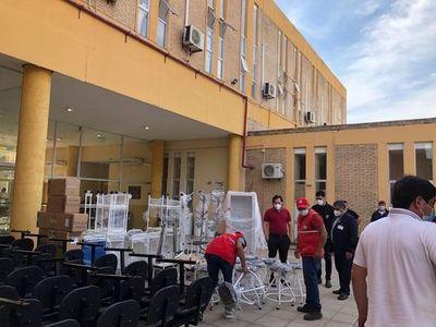 """Gobernador trata de blanquearse y entrega rápidamente mobiliarios hospitalarios que """"compró"""" de un taller mecánico, dicen"""