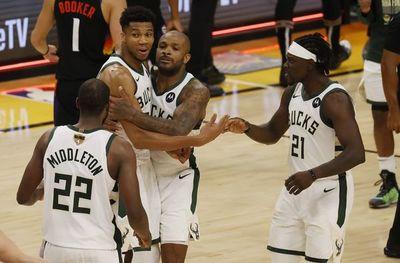 Bucks superan a Suns y quedan a una victoria del título de la NBA