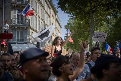 Francia limita el uso del pase de salud para hacer compras en medio de protestas