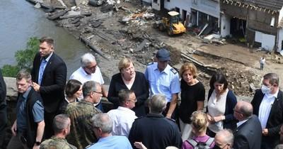 La Nación / Merkel recorre zona de inundaciones, que dejan más de 180 muertos en Europa