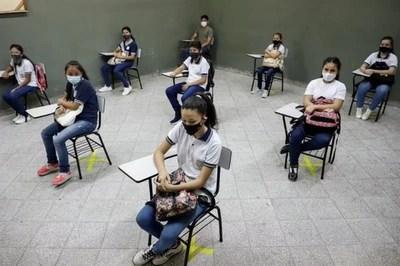 Destacan cantidad de docentes vacunados, pero ven difícil retorno a clases híbridas