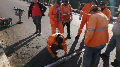 MOPC repara bache tras accidente de tránsito en Paraguarí