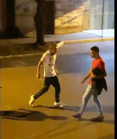 Ex convicto AMENAZO con CUCHILLOS a varios jóvenes en FRANCO