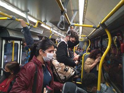 """Virus sigue """"viajando"""" en los buses ante nulo control"""