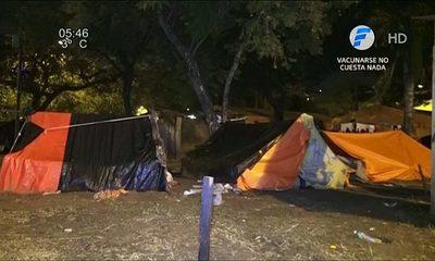 Indígenas sufren intenso frío en plaza de Asunción