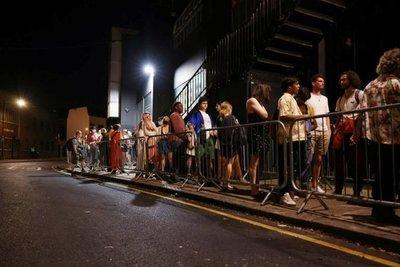 El Reino Unido levantó las restricciones por la pandemia y Boris Johnson pidió tener cautela