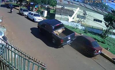 Camioneta deja daños materiales en dos vehículos y luego huye, en Pdte. Franco – Diario TNPRESS