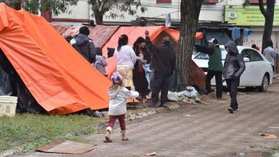 Indígenas desalojados de sus tierras pasan frío en plaza de Asunción