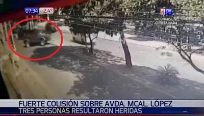 """Cámara capta choque tras giro en """"U"""" sobre Mariscal López"""