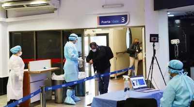 Cuarentena de cinco días y presentación de PCR negativa para viajeros que ingresen al país desde el miércoles, informaron