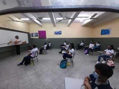 Padres de alumnos exigen que no falten insumos de bioseguridad para retorno a clases