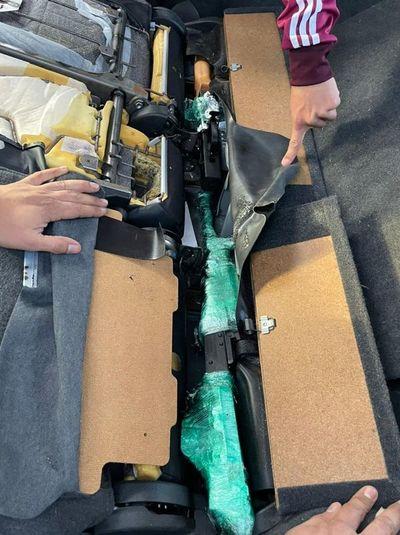 Aduanas: hallan arma de fuego escondida en un automóvil