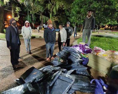 Funcionarios del Ministerio de la Niñez de la Adolescencia asisten a indígenas en la Plaza Uruguaya
