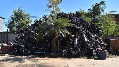 Motos demoradas forman parte de  montaña de chatarra en corralones