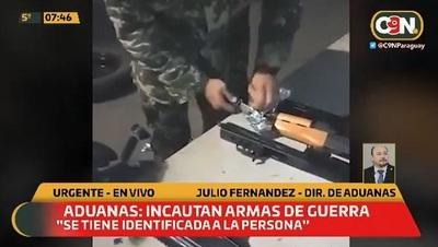 Hallan cinco AK-47 en un vehículo importado