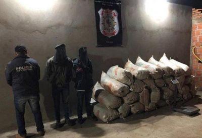 La Policía Nacional capturó este domingo a dos hombres con un total de 512 kilos de marihuana, en un procedimiento realizado en la ciudad de Capitán Bado, Amambay