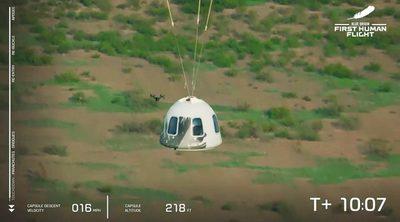 Jeff Bezos vuelve a la tierra tras alcanzar el espacio en un cohete de Blue Origin
