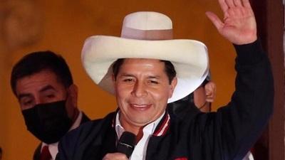 Abdo Benítez saluda a Pedro Castillo, nuevo presidente del Perú