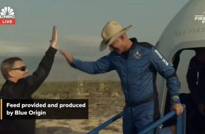 El multimillonario Jeff Bezos llega al espacio y retorna con éxito