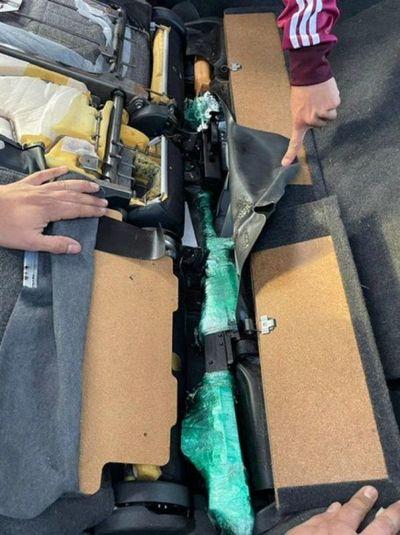 Aduanas detecta armas de guerra en vehículo importado