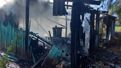 Familia apela a solidaridad tras incendio de su vivienda