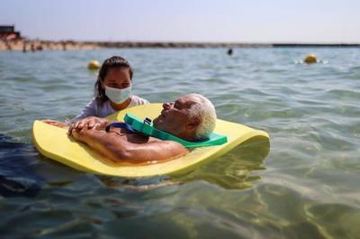 Barcelona: ayudan a personas con discapacidad a disfrutar de la playa