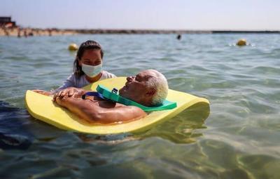 ¡Sin barreras!: personas con discapacidad disfrutan del mar en Barcelona