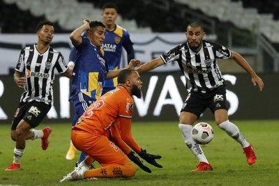 Con polémica de por medio y en penales, el Mineiro de Junior eliminó a Boca